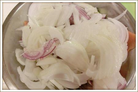 「新玉ねぎとアボカドサーモンの柚子サラダ」制作画像