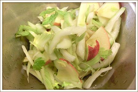 「セロリとりんごのヨーグルトサラダ」制作画像