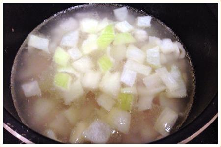 「薬膳・春菊のミルクスープ」制作画像